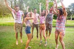 Amis heureux sautant dans la pousse de l'eau Photo stock