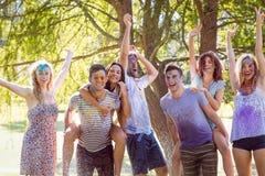 Amis heureux sautant dans la pousse de l'eau Photos stock