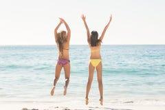Amis heureux sautant ensemble Image libre de droits