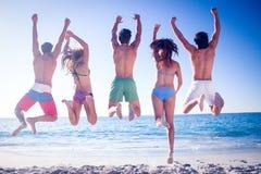 Amis heureux sautant ensemble Images libres de droits