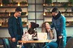 Amis heureux se réunissant en café Image stock