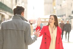 Amis heureux se réunissant et saluant dans la rue image stock