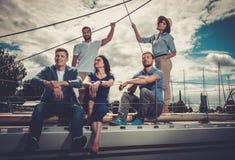 Amis heureux se reposant sur un yacht Images libres de droits
