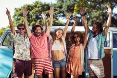 Amis heureux se tenant ainsi que des mains augmentées Photo stock