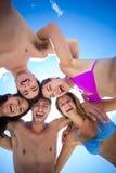 Amis heureux se tenant en cercle Image libre de droits