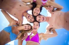 Amis heureux se tenant en cercle Photos stock