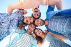 Amis heureux se tenant en cercle et regardant l'appareil-photo Images libres de droits