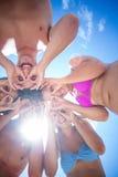 Amis heureux se tenant en cercle faisant le visage drôle Images libres de droits