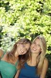 Amis heureux se tenant ensemble au parc Photographie stock libre de droits