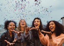 Amis heureux se tenant sur une terrasse Photographie stock libre de droits