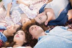 Amis heureux se trouvant sur la couverture Images libres de droits