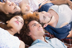 Amis heureux se trouvant sur la couverture Image libre de droits