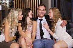 Amis heureux souriant à l'appareil-photo Photographie stock libre de droits