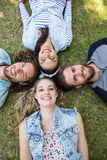Amis heureux souriant à l'appareil-photo Images libres de droits