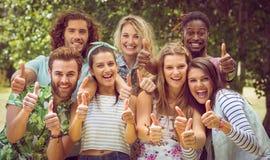 Amis heureux souriant à l'appareil-photo Photos libres de droits