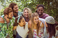Amis heureux souriant à l'appareil-photo Images stock