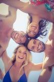 Amis heureux souriant à l'appareil-photo Photo libre de droits
