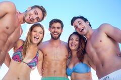 Amis heureux souriant à l'appareil-photo Photographie stock