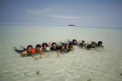Amis heureux souriant à la belle plage Photographie stock libre de droits