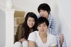 Amis heureux souriant ensemble Photographie stock libre de droits