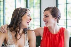 Amis heureux souriant tout en regardant l'un l'autre Images stock