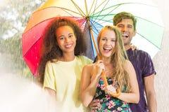 Amis heureux sous le parapluie Image libre de droits