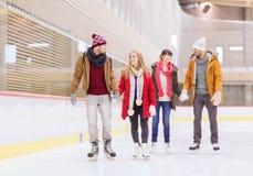 Amis heureux sur la piste de patinage Photos stock