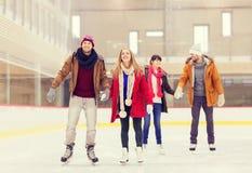 Amis heureux sur la piste de patinage Image stock