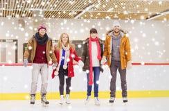 Amis heureux sur la piste de patinage Images stock