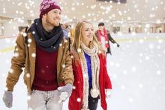 Amis heureux sur la piste de patinage Photographie stock libre de droits