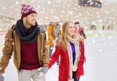 Amis heureux sur la piste de patinage Images libres de droits