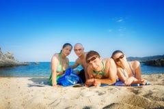 Amis heureux sur la plage image stock