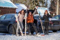 Amis heureux sur la station de sports d'hiver Photo libre de droits