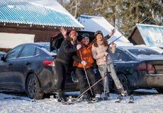 Amis heureux sur la station de sports d'hiver Photographie stock libre de droits