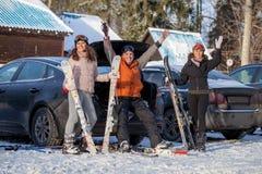 Amis heureux sur la station de sports d'hiver Photos stock