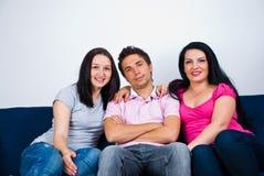 Amis heureux sur le divan Photo stock
