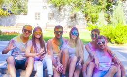 Amis heureux sur le festival de couleur de holi Images libres de droits