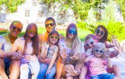 Amis heureux sur le festival de couleur de holi Photo libre de droits
