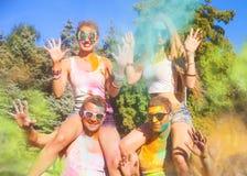 Amis heureux sur le festival de couleur de holi Photos libres de droits