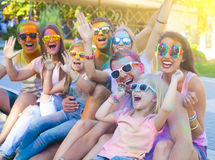 Amis heureux sur le festival de couleur de holi Photos stock