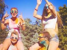 Amis heureux sur le festival de couleur de holi Images stock