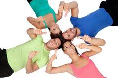 Amis heureux sur le plancher avec leurs chefs disant ensemble correct Image libre de droits