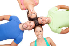Amis heureux sur le plancher avec leurs têtes ensemble Photos stock