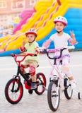Amis heureux sur les bicyclettes Image libre de droits