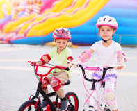 Amis heureux sur les bicyclettes Photographie stock libre de droits