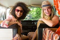 Amis heureux sur un voyage par la route Images stock