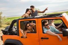Amis heureux sur un voyage par la route Photo stock