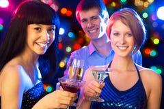 Amis heureux te souhaitant le Joyeux Noël Image stock
