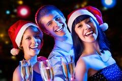 Amis heureux te souhaitant le Joyeux Noël Photo libre de droits