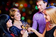 Amis heureux te souhaitant le Joyeux Noël Photographie stock libre de droits
